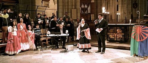 Emilia Huczko och Domino Kai leder den romska nationalsången