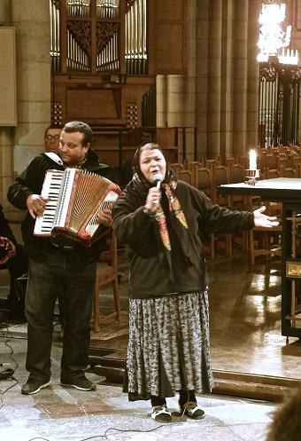 Gabriela från Rumänien sjunger en lovsång